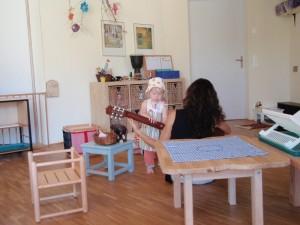 Montessori Schule March Toddlers machen Musik