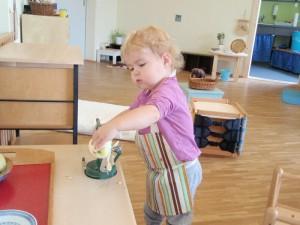 Montessori Schule March Toddlers  Apfel schälen