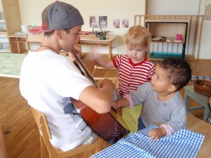 Montessori Schule March Toddlers  mit Guitarrenpieler