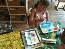 Montessori-Kinderhaus_Farbenmischen